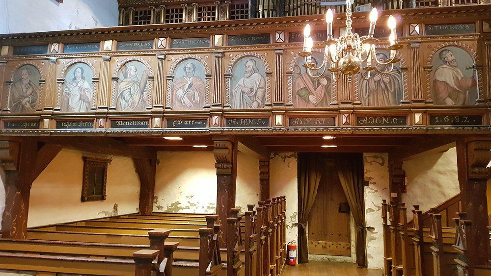 Vakker kirke med noen utrolig detaljerte treskjæringer. Verdt et besøk!