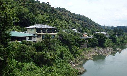 栄山寺橋上から撮影したレストランと別館の撫石庵
