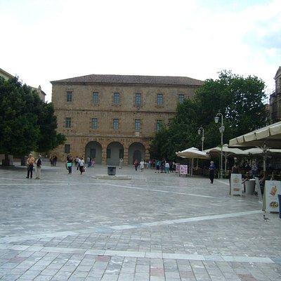 A Praça Syntagamatos, com o museu ao fundo.