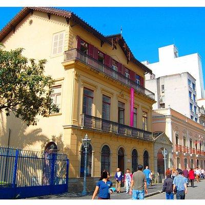 A Casa vista da Rua Roberto Simonsen e à esquerda em amarelo o prédio do Museu da Imagem.