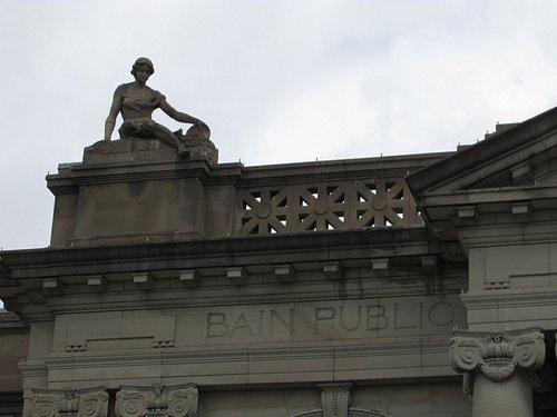 sculpture sur la façade gauche
