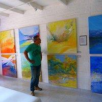 sala de exposicion con obras de  yimi pereyra