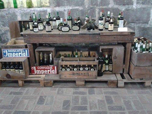 Garrafas antigas de vinhos.