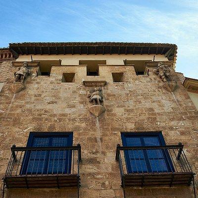 Fachada donde se pueden ver las saeteras con los fusiles , de ahí el nombre de Casa de los Tiros