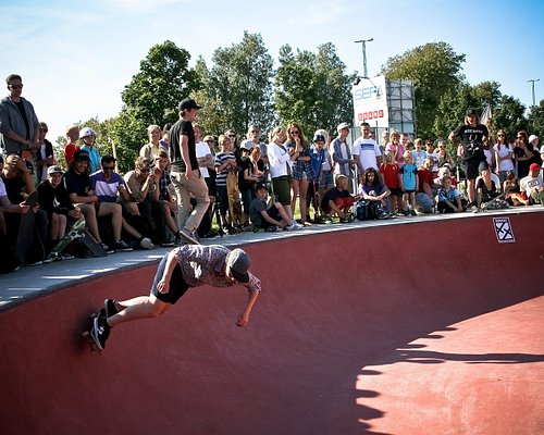 Mycket folk vid Skateparken i Höganäs. Foto: Höganäs kommun.