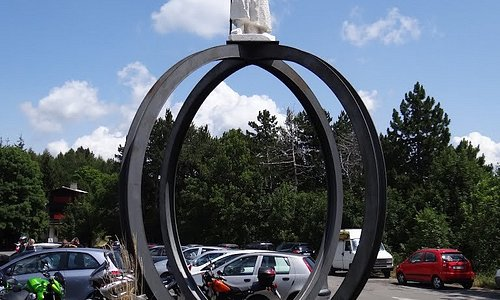 Immagine del monumento nel piazzale del Passo del Penice