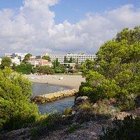 La platja amb l'hotel Ametlla Mar al fons