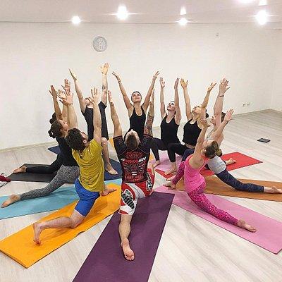 Мы бесконечно любим Аштанга йогу и счастливы делиться с вами этой прекрасной традицией!