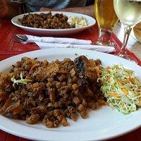 Nous avons très  bien  mangé  avec le menu du midi a environs 12$ avec la soupe, la tourtiere de