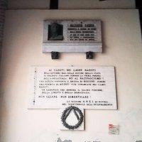 iscrizione palazzo municipale che ricorda la vittime del nazifascismo