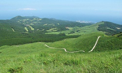細野高原最高地点から稲取を望む