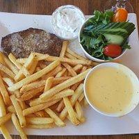 Hvidløgs Steak med pommes frites, salat, tzatziki og bearnaise sovs