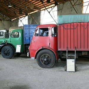 Une usine du 19 eme siècle, des camions et la route comme fil conducteur.