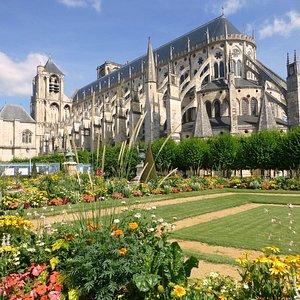 Cathédrale St Etienne depuis les jardins de l'archevêché