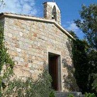 Piccola chiesa campestre situata in uno dei punti più alti del paese.