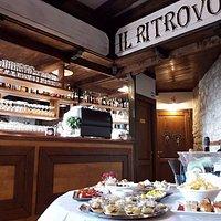 Dalle 18:00 aperitivo con ricco buffet e dalle 19:00 cucina aperta con menù ristornante e panino