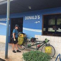 Devant Mariscos Donald's, lors de notre passage au Costa Rica en tandem