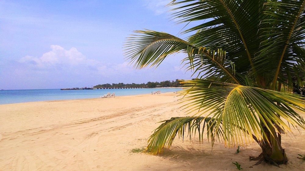 Vista de la playa más hermosa de la isla, localizada frente a los hoteles Arenas y Picknic Cente