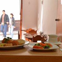 Uno de nuestros almuerzos: ensalada, albóndigas con salsa de tomate y tortilla española