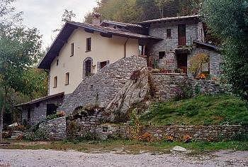 Il Mulino dell'Erba Grassa al di là del torrente Bobbio