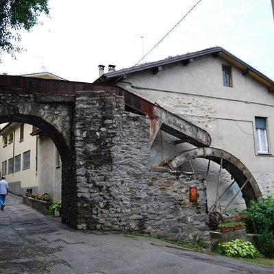 Illagine del Mulino nel quartiere del Borgo davanti alle storiche mura medievali