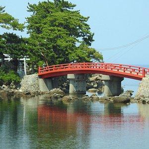 この赤い橋が目に入ってきてつい寄ってしまいました
