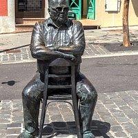 """Eine humorvolle Statue zum Gedenken an Andrés Hierro Hernández, besser bekannt als """"El Rubio""""."""