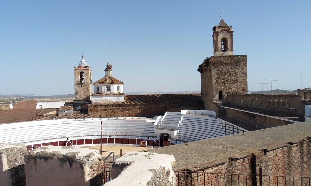 vistas de la torre del homenaje e iglesia adjunta