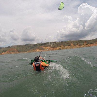 con seguridad y confianza aprendiendo del kiteboarding