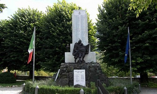 immagine del monumento ai caduti nel parco