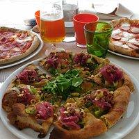da dx: pizza con wurstel - pizza croccante vegetariana - pizza con salame piccante