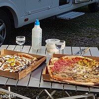 Hämtade pizzorna, som vi åt i småbåtshamnen
