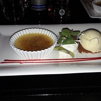 Crème brulée met slagroom en vanilleijs