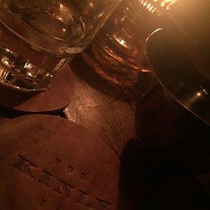 Schöne kleine Bar mit Tip Service
