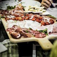 I colori della tradizione nel nostro tagliere di formaggi e salumi DOP