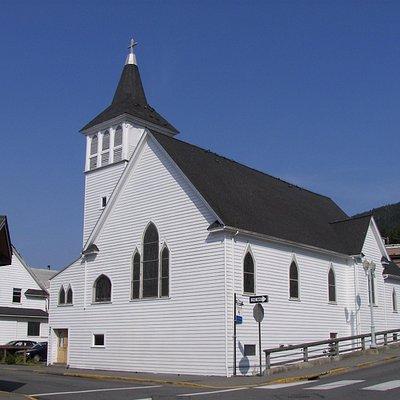 Iglesia episcopal importante arquitectura en calle principal