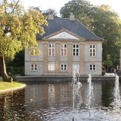 Møstings Hus og dammen ved Andebakkestien