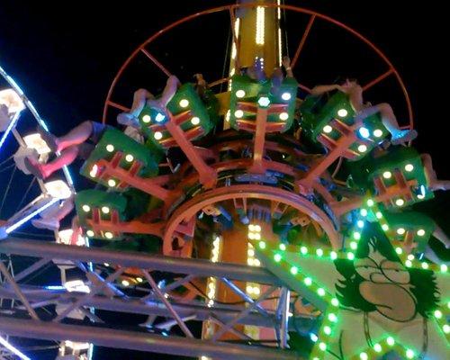 la tour et derrière la grande roue