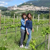 Agnese and Irene in the vineyards. First leaves and clasters growing out!