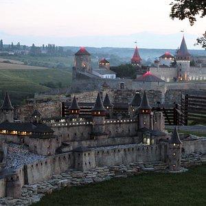 Миниатюра Каменец-Подольской крепости на фоне оригинала