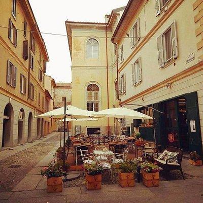 Una  caratteristica via di Pavia   , dove passeggiare  e bere un buon caffè  nei tanti locali