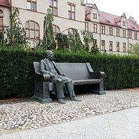 Pomnik rektora Święcickiego przed budynkiem rektoratu