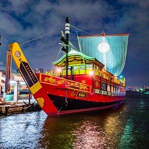 東京湾唯一、世界で唯一の和式豪華客船「御座船安宅丸」!鮮やかな赤色は、夜でもひときわ目を引きます。