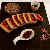 Tagliata di tonno con panure al pistacchio di Bronte, sale Maldon in fiocchi, marmellata di cipo