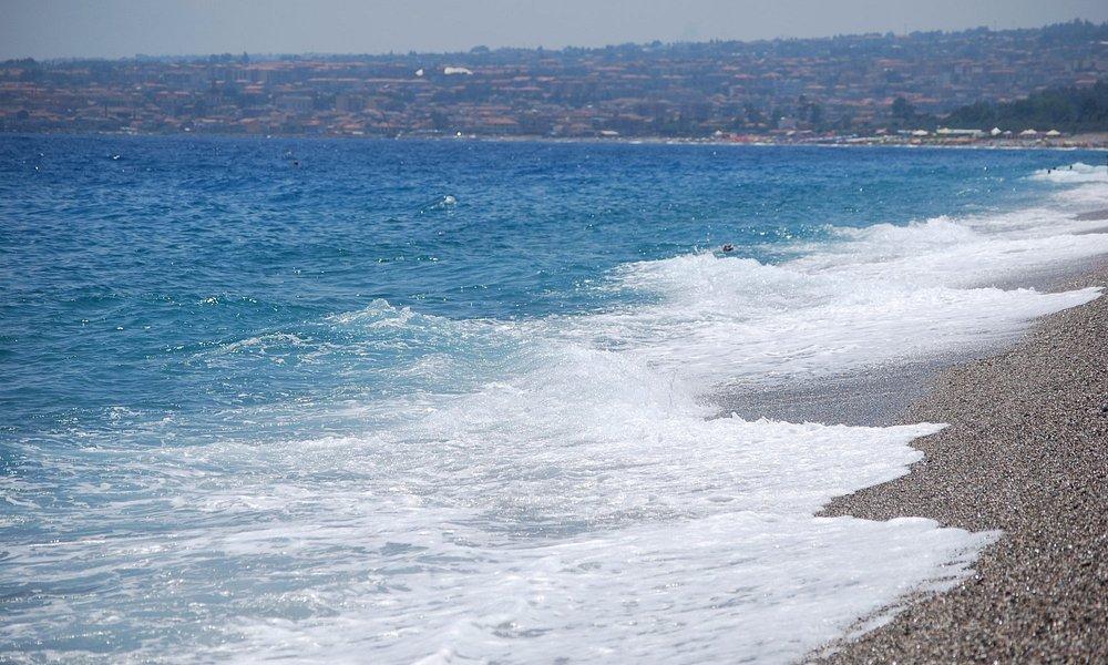 čisté pláže, široké, placené i volné mimo resorty