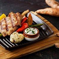 Côte de porc à la Grecque; Pommes de terre, légumes, tzatziki