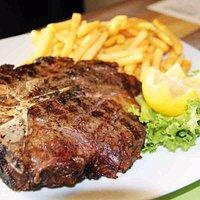 GRILL T-BONE Carne di manzo irlandese di prima scelta con patate o verdure alla griglia