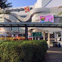 L'entrée principale du centre commercial.