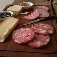 Entradas: queijos, salames e molhos.