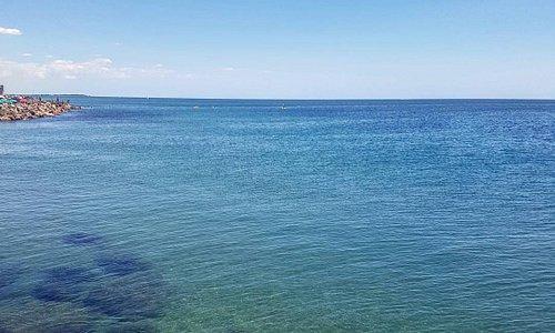 Una foto del mare dopo gli scogli